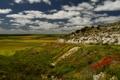 Картинка небо, трава, облака, цветы, скала, холмы, Италия