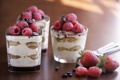 Картинка клубника, тирамису, десерт, кофейные зёрна, малина, ягоды