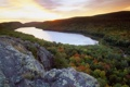 Картинка закат, скала, озеро, камень, горизонт, речка, lake