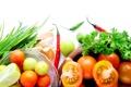 Картинка зелень, лук, тарелки, овощи, помидоры, чеснок, красный перец