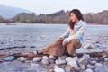 Картинка девушка, река, камни, течение