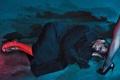 Картинка девушка, босиком, актер, лежит, ножка, перчатка, пальто