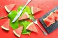 Картинка лист, арбуз, нож, доска, вилка, ломтики