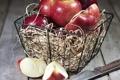Картинка нож, корзинка, дольки, красные яблоки