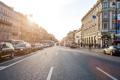 Картинка дорога, солнце, машины, огни, движение, люди, улица