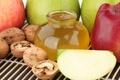 Картинка грецкие орехи, баночка, мёд, яблоки