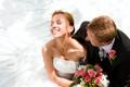 Картинка жених, букет, смех, невеста, свадьба, цветы