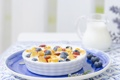 Картинка ягоды, молоко, хлопья, изюм, летний завтрак