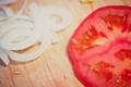Картинка лук, долька, доска, томат, помидор, ломтик