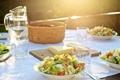 Картинка тарелки, скатерть, стаканы, еда, вода, салат, графин