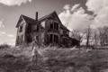 Картинка заброшенный дом, монохромное фото, девочка