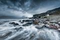 Картинка море, дом, камни, берег, серый день