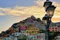 Картинка небо, облака, гора, дома, склон, Италия, фонарь