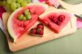 Картинка ягоды, малина, сердце, арбуз, клубника, виноград, доска