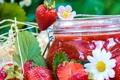 Картинка клубника, джем, варенье, банка, ромашки, ягоды, цветы
