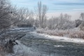Картинка зима, небо, облака, снег, деревья, дом, река