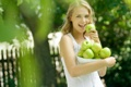Картинка лес, трава, девушка, природа, настроения, яблоко, маечка