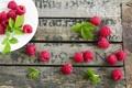 Картинка Ягоды, листики, Свежая малина на доске