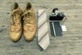 Картинка деньги, ботинки, зажигалка, фотоаппарат, ручка, галстук, блокнот