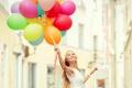 Картинка девушка, радость, улыбка, воздушные шары, дома, блондинка