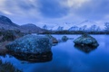 Картинка небо, снег, деревья, горы, тучи, озеро, камни