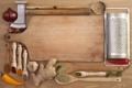 Картинка молоток, доска, специи, чеснок, имбирь, приправы, чёрный перец
