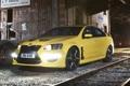 Картинка ночь, желтый, фары, железная дорога, седан, vxr8, vauxhall