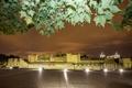 Картинка небо, листья, ночь, огни, стена, Англия, Лондон