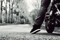 Картинка дорога, мотоцикл, нога