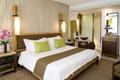 Картинка цветы, кровать, зеркало, тумбочка, подушка, спальня