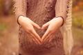 Картинка девушка, кольца, руки, свитер, беременность