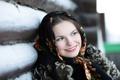 Картинка девушка, улыбка, платок, изба, русская