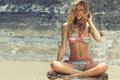 Картинка пляж, купальник, лето, девушка, улыбка, ветер, милая