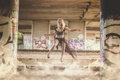 Картинка девушка, прыжок, столбы, блондинка, ступеньки, диски
