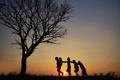 Картинка солнце, закат, дети, друзья, силуэты