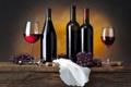 Картинка ягоды, вино, красное, бокалы, виноград, пробки, бутылки