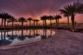 Картинка закат, город, пальмы, пустыня, вечер, бассейн, отель