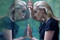 Картинка стекло, отражение, платье, актриса, черное, блондинка, браслет