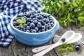 Картинка fresh berries, napkin, свежие ягоды, blueberries, черника, leaves, ложки