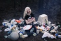 Картинка девушка, фон, мусор