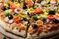 Картинка грибы, перец, пицца, помидоры, оливки, колбаса, начинка