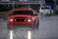 Картинка дорога, машина, красный, дождь, гонка, mustang, мустанг