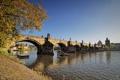Картинка река, прага, осень, чехия, карлов мост, листья, берег