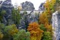 Картинка деревья, мост, камни, люди, скалы, листва, арочный