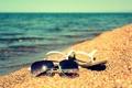 Картинка песок, лето, вода, солнце, озеро, берег, очки