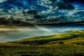 Картинка облака, берег, трава, пасмурно, лучи, тучи, море
