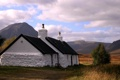 Картинка облака, побелка, трава, белый, дом, дерево, гора