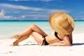Картинка песок, море, пляж, купальник, девушка, солнце, шляпка